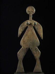 451169b590 Ci-dessous, photo de droite, une poupée de fertilité Balante en bois et os  ornée de perles.